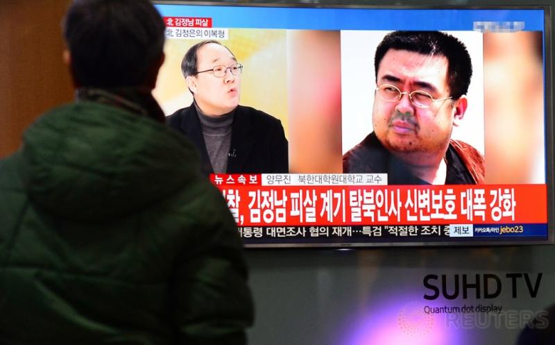 Seorang warga melihat layar televisi yang menunjukkan gambar kakak tiri pemimpin Korut Kim Jong-un, Kim Jong-nam, di sebuah toko elektronik Seoul, Korea Selatan, belum lama ini. Kim Jong-Nam diduga tewas dibunuh karena diracun setelah ambruk di Bandara Internasional Kuala Lumpur. (Lim Se-young/News1 via REUTERS)