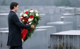 Perdana Menteri Kanada Justin Trudeau meletakkan karangan bunga di Museum Memorial Holocaust, Berlin, Jerman, Jumat (17/2/2017). Di museum ini, dimakamkan sekira 6 juta korban penyiksaan dan pembantaian. (REUTERS/Hannibal Hanschke)