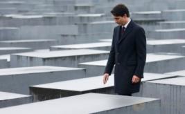 Perdana Menteri Kanada Justin Trudeau mengunjungi Museum Memorial Holocaust di Berlin, Jerman, Jumat (17/2/2017). Di museum ini, dimakamkan sekira 6 juta korban penyiksaan dan pembantaian. (REUTERS/Hannibal Hanschke)