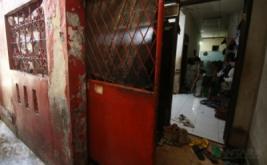 Pekerja beraktivitas di rumah bekas Siti Aisyah di Tambora, Jakarta, Jumat (17/2/2017). Siti Aisyah diduga sebagai salah satu pembunuh Kim Jong-nam, kakak tiri pemimpin Korea Utara Kim Jong-un. Kim Jong-Nam diduga tewas dibunuh karena diracun setelah ambruk di Bandara Internasional Kuala Lumpur. (ANTARA FOTO/Rivan Awal Lingga)