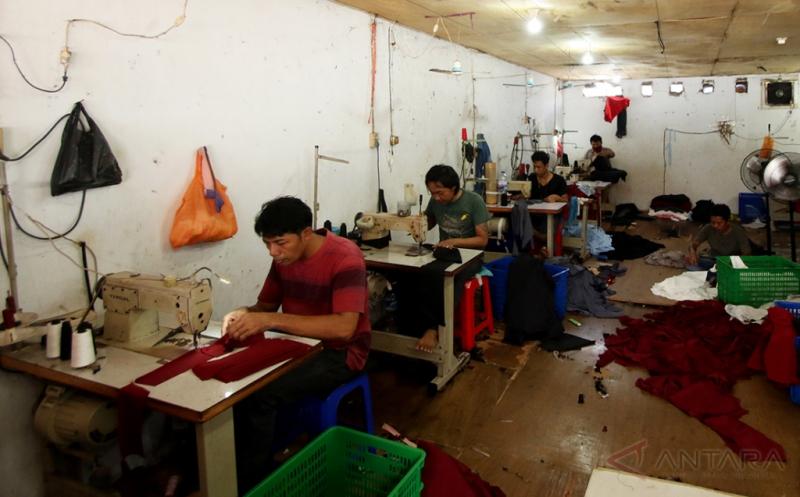 Pekerja menjahit pakaian di Jakarta, Jumat (17/2/2017). Para pelaku Usaha Mikro Kecil dan Menengah (UMKM) meminta pemerintah untuk mengawasi secara ketat kebijakan Kemudahan Impor Tujuan Ekspor (KITE) demi memastikan insentif yang diberikan itu tepat pada sasaran.
