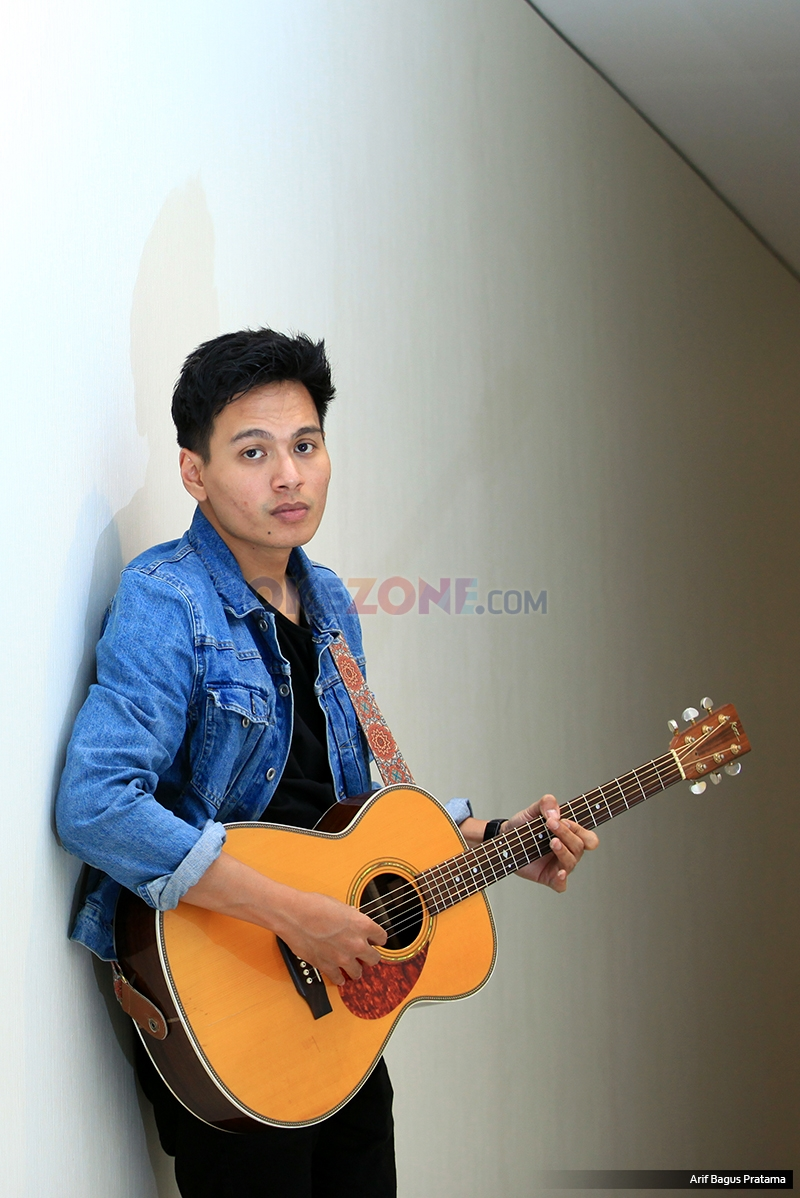 """Penyanyi Rendy Pandugo saat berkunjung ke kantor redaksi Okezone, Jakarta, Jumat (17/2/2017). Dalam kunjungan tersebut, Randy membawakan single pertamanya """"I Don't Care""""."""