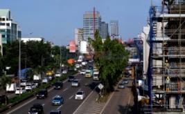 Puluhan kendaraan melaju di dekat lokasi proyek konstruksi stasiun Mass Rapid Transit (MRT) di kawasan Cilandak, Jakarta Selatan, Jumat (17/2/2017). PT MRT Jakarta akan melakukan percepatan pembangunan dengan target 37 persen peningkatan konstruksi, sehingga akan berdampak kemacetan di sejumlah titik.