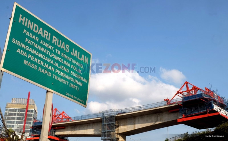 Pekerja menyelesaikan proyek konstruksi stasiun Mass Rapid Transit (MRT) di kawasan Cilandak, Jakarta Selatan, Jumat (17/2/2017). PT MRT Jakarta akan melakukan percepatan pembangunan dengan target 37 persen peningkatan konstruksi, sehingga akan berdampak kemacetan di sejumlah titik.