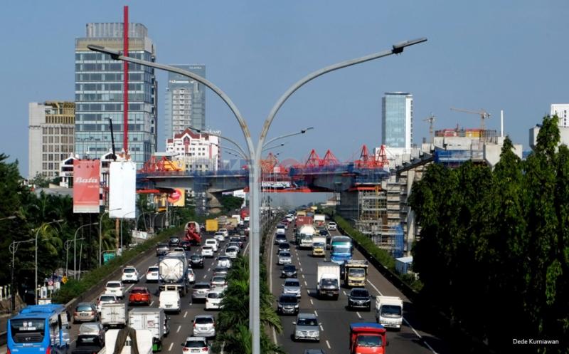 Ratusan kendaraan melaju di dekat lokasi proyek konstruksi stasiun Mass Rapid Transit (MRT) di kawasan Cilandak, Jakarta Selatan, Jumat (17/2/2017). PT MRT Jakarta akan melakukan percepatan pembangunan dengan target 37 persen peningkatan konstruksi, sehingga akan berdampak kemacetan di sejumlah titik.