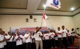 Pengurus Perindo yang baru dilantik mengibarkan pataka Perindo yang diberikan Ketua Umum Partai Perindo Hary Tanoesoedibjo pada acara pelantikan 222 DPRt Partai Perindo Pemalang di Pemalang, Jawa Tengah, Jumat (17/2/2017).
