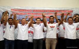 Ketua Umum Partai Perindo Hary Tanoesoedibjo (tengah) mengangkat tangan bersama pengurus Perindo pada acara pelantikan 222 DPRt Partai Perindo Pemalang di Pemalang, Jawa Tengah, Jumat (17/2/2017).