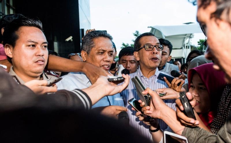 Mantan Direktur Utama PT Garuda Indonesia Emirsyah Satar menjawab pertanyaan wartawan saat berjalan keluar gedung KPK seusai menjalani pemeriksaan di Jakarta, Jumat (17/2/2017). KPK memeriksa Emirsyah Satar sebagai tersangka terkait dugaan suap dalam bentuk transfer uang dan pengadaan mesin Rolls-Royce untuk pesawat Airbus milik Garuda Indonesia pada periode 2005-2014 yang nilainya diduga lebih dari 4 juta dollar AS, atau setara dengan Rp52 miliar dari perusahaan asal Inggris Rolls-Royce.