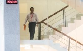 Mantan Direktur Utama PT Garuda Indonesia Emirsyah Satar berjalan menuruni tangga seusai menjalani pemeriksaan di gedung KPK, Jakarta, Jumat (17/2/2017). KPK memeriksa Emirsyah Satar sebagai tersangka terkait dugaan suap dalam bentuk transfer uang dan pengadaan mesin Rolls-Royce untuk pesawat Airbus milik Garuda Indonesia pada periode 2005-2014 yang nilainya diduga lebih dari 4 juta dollar AS, atau setara dengan Rp52 miliar dari perusahaan asal Inggris Rolls-Royce.