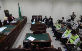 Empat terdakwa bandar narkoba, Suprapto alias Wang Ke (kiri), Chuang Ming Tsang alias Achang (kedua kiri), Lin Ding Chen alias Achen (kedua kanan) Chen Hsiang alias Alin (kanan), mendengarkan pembacaan vonis dari Majelis Hakim di Pengadilan Negeri (PN) Tangerang, Banten, Jumat (17/2/2017). Majelis hakim memvonis keempat terdakwa dengan hukuman mati karena menyelundupkan sabu seberat 60 kg, namun keempatnya mengajukan banding.