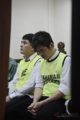 Lin Ding Chen alias Achen (kiri) dan Chen Hsiang alias Alin (kanan), dua dari empat bandar narkoba, mendengarkan pembacaan vonis dari Majelis Hakim di Pengadilan Negeri (PN) Tangerang, Banten, Jumat (17/2/2017). Majelis hakim memvonis keempat terdakwa dengan hukuman mati karena menyelundupkan sabu seberat 60 kg, namun keempatnya mengajukan banding.