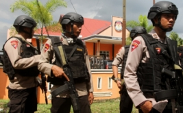 Personel gabungan TNI/Polri melakukan penjagaan di halaman kantor Komisi Independen Pemilihan (KIP) Kabupaten Aceh Timur, Aceh, Jumat (17/2/2017). Sebanyak 85 personel gabungan ditambahkan untuk memperketat dan mengamankan kegiatan di kantor KIP serta untuk mengantisipasi terjadinya tindak kejahatan dari oknum-oknum yang tidak bertanggung jawab.