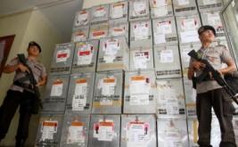 Personel Kepolisian Polres Aceh Timur menjaga ketat kotak suara di kantor Komisi Independen Pemilihan (KIP) Kabupaten Aceh Timur, Aceh, Jumat (17/2/2017). Sebanyak 85 personel gabungan ditambahkan untuk memperketat dan mengamankan kegiatan di kantor KIP serta untuk mengantisipasi terjadinya tindak kejahatan dari oknum-oknum yang tidak bertanggung jawab.