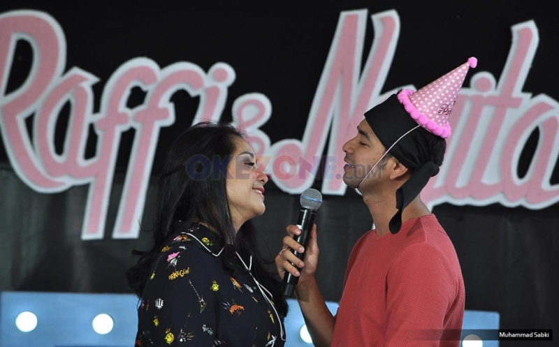 Pasangan suami istri, Raffi Ahmad dan Nagita Slavina saat mendapat kejutan di Hari Ulang tahunnya pada acara program Rumah Mama Amy MNCTV di Rolling Stone, Jakarta Selatan, Jumat (17/2/2017). MNCTV dalam program Rumah Mama Amy memberi kejutan untuk mereka berdua.