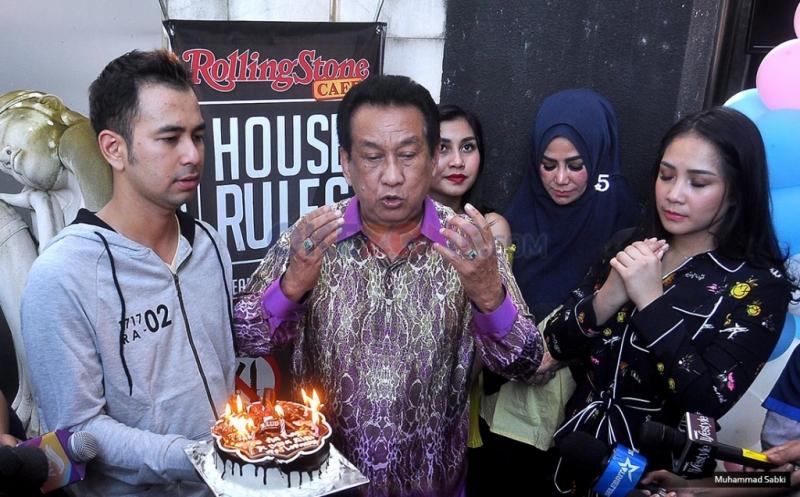 Artis Senior Anwar Fuadi mendoakan pasangan suami istri Raffi Ahmad dan Nagita Slavina usai program Rumah Mama Amy MNCTV di Rolling Stone, Jakarta Selatan, Jumat (17/2/2017).