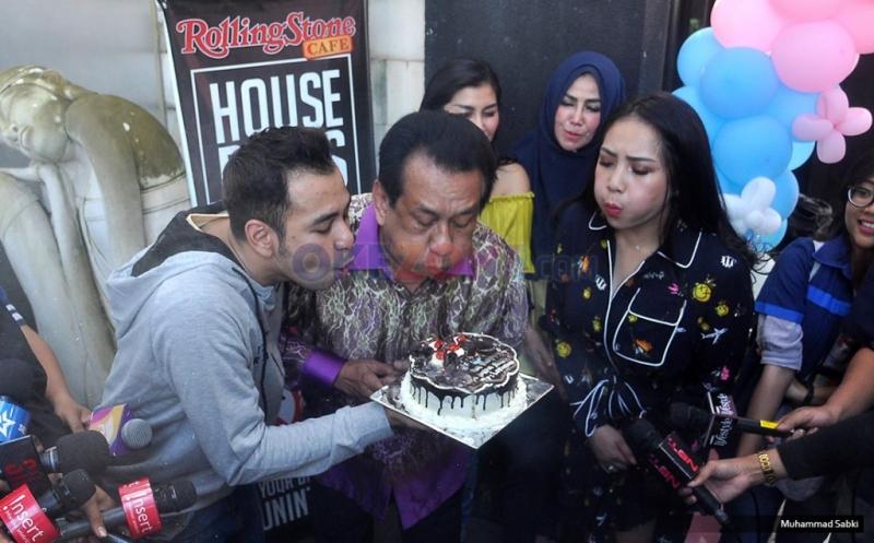 Artis Senior Anwar Fuadi bersama Raffi Ahmad dan Nagita Slavina meniup lilin bersama usai program Rumah Mama Amy MNCTV di Rolling Stone, Jakarta Selatan, Jumat (17/2/2017).
