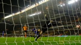 Aksi pemain Chelsea Pedro saat mencetak gol ke gawang Wolverhampton pada pertandingan Piala FA di Molineux Stadium, Minggu (19/2/2017) dini hari WIB. Reuters / Darren Staples