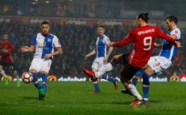 Zlatan Ibrahimovic (dua kanan) mencetak gol ke gawang Blackburn Rovers. (Reuters/Phil Noble)