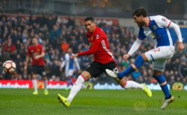 Danny Graham (kanan) mencetak gol ke gawang Manchester Untied. (Reuters/Phil Noble)