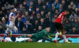 Marcus Rashford (kanan) mencetak gol ke gawang Blackburn Rovers. (Reuters/Phil Noble)