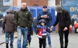Seorang anak diajak keluarganya untuk menyaksikan laga 16 besar Piala FA yang mempertemukan tuan rumah Blackburn Rovers dengan Manchester United. (Reuters/Carl Recine)