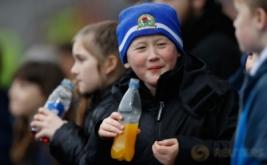 Sejumlah anak menyaksikan laga 16 besar Piala FA yang mempertemukan tuan rumah Blackburn Rovers dengan Manchester United. Pada laga tersebut, Blackburn Rovers menelan kekalahan 1-2 dari United. (Reuters/Carl Recine)
