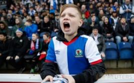 Seorang anak berteriak saat menyaksikan laga 16 besar Piala FA yang mempertemukan tuan rumah Blackburn Rovers dengan Manchester United. Pada laga tersebut, Blackburn Rovers menelan kekalahan 1-2 dari United. (Reuters/Carl Recine)