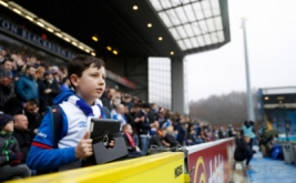 Seorang anak menyaksikan laga 16 besar Piala FA yang mempertemukan tuan rumah Blackburn Rovers dengan Manchester United. Pada laga tersebut, Blackburn Rovers menelan kekalahan 1-2 dari United. (Reuters/Carl Recine)