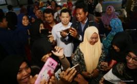 <p>  Chairman & CEO MNC Group Hary Tanoesoedibjo memenuhi permintaan wefie bersama mahasiswa usai memberikan kuliah umum di Universitas Wiralodra, Indramayu, Jawa Barat, Rabu (22/2/2017).<br />  </p>
