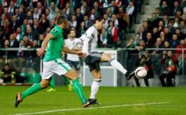 Henrikh Mkhitaryan (kanan) mencetak gol ke gawang Saint-Etienne. (Reuters/Andrew Boyers)