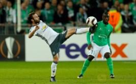 Juan Mata (kiri) mengontrol bola saat dikawal Henri Saivet. (Reuters/Andrew Boyers)