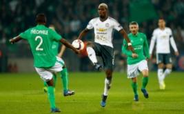 Paul Pogba (tengah) berebut bola dengan Kevin Theophile-Catherine. (Reuters/Andrew Boyers)