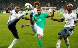 Ashley Young (kiri) berebut bola dengan Kevin Monnet-Paquet. (Reuters/Andrew Boyers)