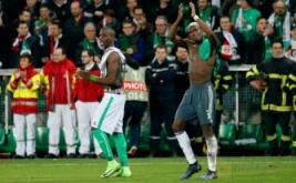 Pesepakbola Manchester United Paul Pogba (kanan) dan pesepakbola Saint-Etienne Florentin Pogba bertemu di Stade Geoffroy-Guichard, Kamis (23/2/2017) dini hari WIB. Keduanya saling bertukar jersey usai pertandingan. (Reuters/Andrew Boyers)