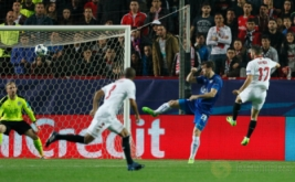 Pablo Sarabia (kanan) mencetak gol ke gawang Leicester City pada leg pertama babak 16 besar Liga Champions 2016-2017, Kamis (23/2/2017) dini hari WIB. (Reuters/John Sibley)