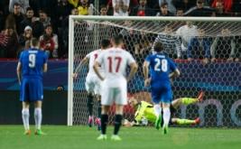 Kiper Leicester City Kasper Schmeichel melakukan penyelamatan gemilang tendangan penalti dari Joaquin Correa pada leg pertama babak 16 besar Liga Champions 2016-2017, Kamis (23/2/2017) dini hari WIB. (Reuters/John Sibley)