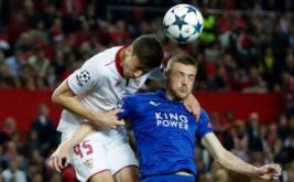 Jamie Vardy (kanan) berebut bola dengan Clement Lenglet, pada leg pertama babak 16 besar Liga Champions 2016-2017, Kamis (23/2/2017) dini hari WIB. (Reuters/John Sibley)