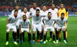 Para pemain Sevilla berpose sebelum bertanding melawan Leicester City, pada leg pertama babak 16 besar Liga Champions 2016-2017, Kamis (23/2/2017) dini hari WIB. (Reuters/John Sibley)