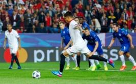 Joaquin Correa melepaskan tendangan penalti ke gawang Leicester City, pada leg pertama babak 16 besar Liga Champions 2016-2017, Kamis (23/2/2017) dini hari WIB. (Reuters/Paul Hanna)
