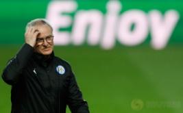 Pelatih Leicester City, Claudio Ranieri memegang kepalanya pada sesi latihan Leicester City menjelang laga kontra Sevilla. Serangkaian hasil minor yang diderita juara bertahan Liga Inggris, Leicester City, berbuntut pada pemecatan Claudio Ranieri. (Reuters/John Sibley)