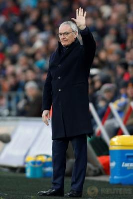 Pelatih Leicester City, Claudio Ranieri mengangkat tangan pada pertandingan Leicester City kontra Swansea City. Serangkaian hasil minor yang diderita juara bertahan Liga Inggris, Leicester City, berbuntut pada pemecatan Claudio Ranieri. (Reuters/Paul Childs)