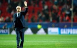 Pelatih Leicester City, Claudio Ranieri mengangkat tangannya usai pertandingan Sevilla kontra Leicester City. Serangkaian hasil minor yang diderita juara bertahan Liga Inggris, Leicester City, berbuntut pada pemecatan Claudio Ranieri. (Reuters/John Sibley)