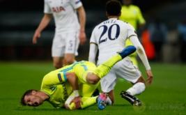 Pemain KAA Gent, Brecht Dajaegere (bawah) mengerang kesakitan setelah ditekel gelandang Tottenham Hotspur, Dele Alli, pada laga Liga Europa di Stadion Wembley, Jumat (24/2/2017) dini hari WIB. (Reuters/Paul Childs)