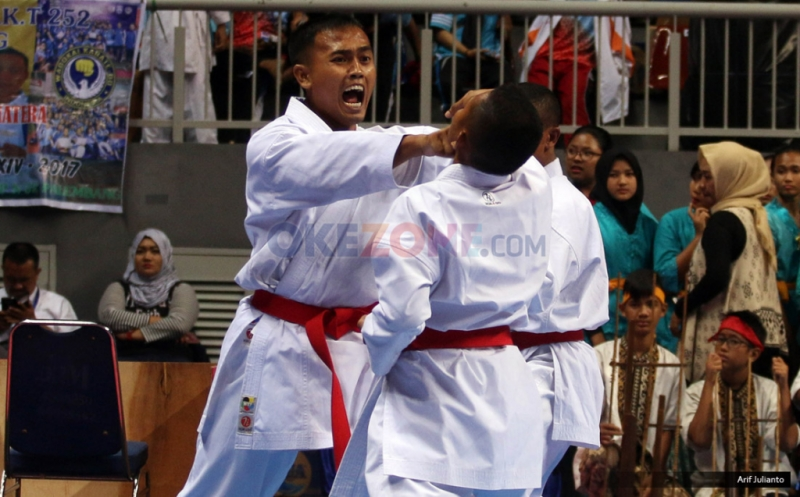 Karateka beraksi dalam pembukaan Kejuaraan Asia Karate SBY Cup XIV di Jakarta, Sabtu (25/2/2017). Kejuaraan Karate se-Asia SBY Cup XIV 2017 tersebut diikuti oleh 1600 peserta guna menciptakan bibit-bibit muda karateka.
