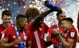 Para pemain Manchester United merayakan keberhasilan meraih gelar Piala Liga usai menaklukkan Southampton di Stadion Wembley, Inggris, Minggu (26/2/2017). MU menang 3-2 atas Southampton.
