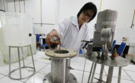 <p>  Proses pembuatan biodiesel dari limbah minyak goreng bekas dan sudah dipatenkan tersebut menggunakan teknologi ozonasi yang melibatkan reaksi ozonolisis serta transesterifikasi dengan hasil biodiesel sebanyak 87,23 persen dari 100 persen limbah minyak goreng bekas.</p>