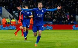 Jamie Vardy (depan) selebrasi usai mencetak gol ke gawang Liverpool. (Reuters/Jason Cairnduff)