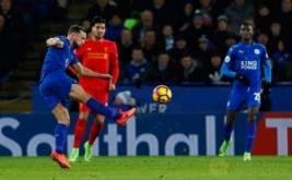 Danny Drinkwater (kiri) mencetak gol ke gawang Liverpool. (Reuters/Jason Cairnduff)