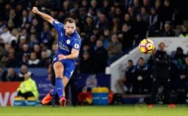 Danny Drinkwater (kiri) mencetak gol ke gawang Liverpool. (Reuters/Darren Staples)
