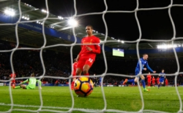 Jamie Vardy (kanan) selebrasi usai mencetak gol ke gawang Liverpool. (Reuters/Darren Staples)